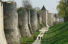 Les remparts de Provins Les remparts ont été édifiés entre les XIe et XIIIe siècles, leur périmètre s'élargissant au fur et à mesure que la ville grandissait.