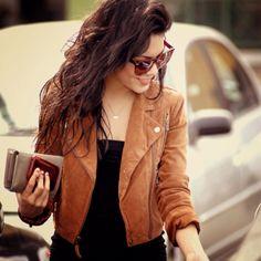 veste cuir marron, cheveux naturel et lunettes