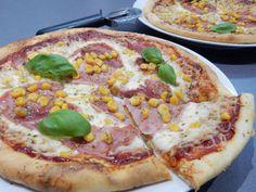 Také se vám sbíhají sliny při pohledu na pizzu? Není se čemu divit, pizza je jedním z neoblíbenějších jídel napříč kontinenty. Příprava pravého italského těsta na pizzu však vyžaduje čas, proto pro vás máme skvělý tip na rychlou pizzu z pomazánkového másla. Hawaiian Pizza, Mozzarella, Cooking, Kitchen, Brewing, Cuisine, Cook