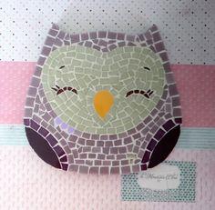 Quadro de Mosaico Coruja Amora. <br>Design exclusivo, feito pela mosaicista Tainah Neves. <br> <br>Mosaico feito à mão com Pastilhas de Vidro, Pastilha Cristal, Azulejo, Aplique Corações. <br> <br> <br> <br> <br>Dimensões: 18 cm x 18 cm, espessura 1,3 cm.