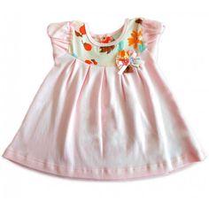 O Vestido Floral para Bebê - 3 a 6 meses é feito em algodão egípcio e deixará sua bebê ainda mais bonita e, o mais importante, sem ter que abrir mão do conforto. A manga fofa drapeada, as preguinhas, a combinação alegre de tecidos e o fuxico com lacinhos, juntamente com as florzinhas, todos feitos à mão, fazem com que o vestido fique ainda mais especial. É perfeito para as mamães que querem vestir suas menininhas com feminilidade e delicadeza.