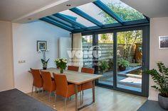 De serre zorgt voor meer lichtinval en meer leefruimte Garden Room Extensions, House Extensions, Conservatory Kitchen, Kitchen Diner Extension, Industrial Kitchen Design, Glass Extension, Interior Stairs, Outdoor Rooms, Beautiful Interiors