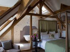 Chambre sous combles, avec sa salle de bain éclairée par une fenêtre de toit - murs de pierres apparentes