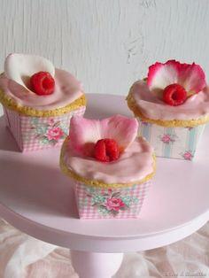 Coco e Baunilha: Cupcakes de água de rosas e framboesa - Roos en framboos combineren perfect. Rozenwater laat een zoete en subtiele geur die in combinatie met het fruit gewoon geweldig is. Het glazuur is gemaakt met roomkaas en is echt genieten. De binnenkant van de cupcake is zeer luchtig en vochtig met frambozen.