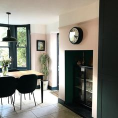 This green Dining Room is absolutely an outstanding style approach. Pink Dining Rooms, Green Dining Room, Dining Room Walls, 1930s House Interior, Flat Interior, Interior Paint, Pink Kitchen Walls, Pink Walls, Victorian Living Room