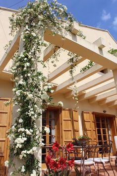 Días de rosas, enamorados de la primavera!!! 🌺😎🌞 Os deseamos un fin de semana lleno de pequeños grandes momentos! www.fustaiferro.com #terraza #primavera #turismorural #valencia #fustaiferro #hotel #restaurante #diseño #decoracion