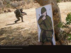 Même pendant la projection, l'entraînement continue et les soldats passent à tour de rôle sur le parcours de tir. © CCH A. DUMOUTIER
