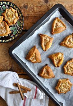 Kalitsounia - Greek sweet cheese pies - Καλιτσούνια Cheese Pies, Finger Foods, Crisp, French Toast, Breakfast, Sweet, Desserts, Recipes, Greek Recipes