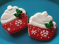 Try using an ice cream cone cutter and cut point off bottom. Iced Sugar Cookies, Christmas Sugar Cookies, Christmas Cupcakes, Christmas Desserts, Christmas Treats, Christmas Baking, Fancy Cookies, Cute Cookies, Cupcake Cookies