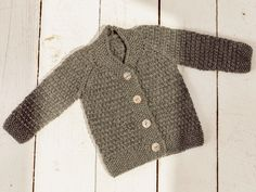 Kostenlose Anleitung: Babyjacke mit Strukturmuster – Initiative Handarbeit Free instructions: baby jacket with structured pattern – initiative handmade Baby Knitting Patterns, Knitting Designs, Baby Patterns, Canvas Patterns, Pull Bebe, Crochet Baby Booties, Knitting For Beginners, Baby Sweaters, Navy Blue Color
