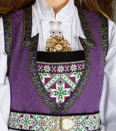 Bunad og Stakkastovo AS European Costumes, Sampler Quilts, Traditional Outfits, Seed Beads, Norway, Scandinavian, Diy And Crafts, Cool Outfits, Folklore