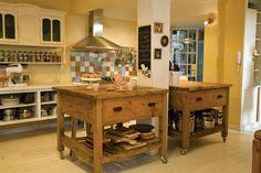 Diez cocinas diseñadas para la vida en familia  Las dos mesas de pino Oregón con…