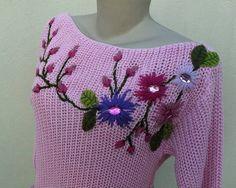 """Blusa de tricô de linha rosa, manga 3/4, tamanho """"U"""", bordada com flores de lã e miolo de chatôs vitrificados e folhas de feltro ;"""
