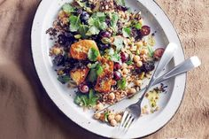 Ancient grain salad with grilled haloumi - delicious. Easy Spring Salad Recipe, Spring Recipes, Lunches And Dinners, Work Lunches, Easy Dinners, Food Inspiration, Salad Recipes, Vegetarian Recipes, Healthy Recipes