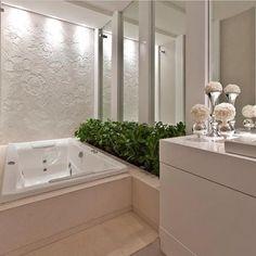banheiro com papel de parede branco texturizado
