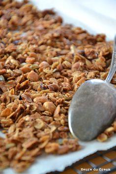 Amandes, noisettes, graines et sirop d'érable Le granola, c'est comme la guimauve. Une fois que vous avez mis le nez dans la version maison, vous êtes foutus, impossible de revenir en arrière. Addicti