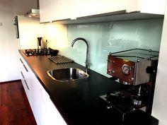 Glazen keukenachterwand in authenitiek Melkglas (groenigwit glas).