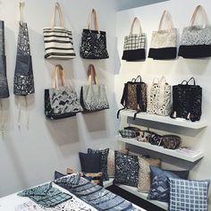 Handbag Display, Paper Flowers Craft, Showroom Design, Vintage Display, Craft Show Displays, Craft Markets, Art N Craft, Jute Bags, Merchandising Displays