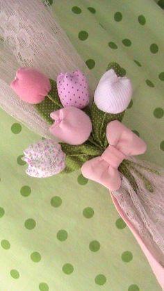 Linda abraçadeira de cortina como bouquet de tulipas.  Podem ser confeccionadas em feltro,tecido,ou mesclado com feltro e tecido,como no modelo,com tecido para amarração.  Confecciono nas cores desejadas.  Tmbém temos outros modelos de flores,consulte.  Mede de 15 à 20 cm de altura.  *V...