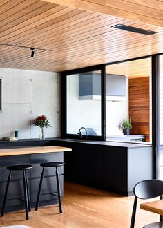 The Design Files - A 'Blank Canvas' House By The Beach - photo, Derek Swalwell The Design Files, Küchen Design, House Design, Interior Design, Urban Design, Chair Design, Retro Dining Rooms, Timber Kitchen, Timber Ceiling