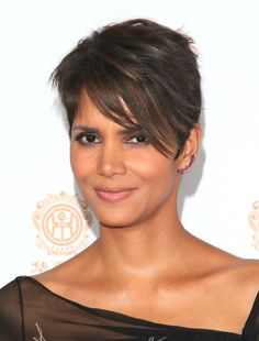 Halle Berry Photos Photos - Actress Halle Berry attends the Huading Film Awards on June 2014 at Ricardo Montalban Theatre in Los Angeles, California - Press Room at the Huading Film Awards Halle Berry Haircut, Halle Berry Short Hair, Halle Berry Hairstyles, Pixie Hairstyles, Cute Hairstyles, Halle Berry Pixie, Hally Berry, Curly Hair Styles, Natural Hair Styles