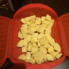 Patatas bravas muy saludables, sin casi aceite, hechas al microondas con estuche de Lékué. Y con un secreto para que os queden muy crujientes.