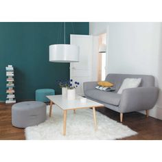 A minimalist living room creates a relaxing atmosphere for the entire family to enjoy and unwind. Do you notice how a clutter free room instantly brings our stress levels down? Home Living Room, Living Room Decor, Sofas Vintage, Retro Sofa, Minimalist Living, Modern Minimalist, Room Inspiration, House Design, Decoration