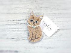 薄茶のネコの刺繍ブローチ