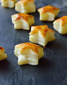 etoiles feuilletees au chevre frais The recipe is in French, but I can figure it out. These look so yummy. Tapas, Xmas Food, Christmas Cooking, Fingers Food, Snacks, Yule, Cream Recipes, Appetizer Recipes, Gourmet Appetizers