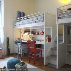 Ein sehr platzeffizientes Schlaf- und Arbeitsystem: Das Etagenbett mit integriertem Arbeitsplatz vereint zwei Schlafplätze, zwei Arbeitsplätze und Stauraum für Klamotten und Spielzeug. Loft Bunk Beds, Bunk Beds Built In, Bunk Rooms, Small Room Bedroom, Trendy Bedroom, Kids Bedroom, Kids Bed Design, Sibling Room, Loft Bed Plans