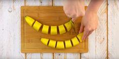 postup: Nakrájejte 2 banány na 12 stejných kusů. Vyváleje si těsto a rozložte po něm banány po celé šířce. O 3-5 centimetrů níže si na těstě udělejte podlouhlé řezy tak, aby se do nich daly srolovat kousky banánů. Při mírné teplotě nechte roztát Nutellu a následně ji rovnoměrně nalijte na vrstvu banánů. Opatrně všechno srolujte …