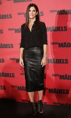 Sandra Bullock, con falda de piel negra
