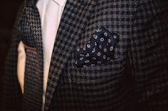 Ręcznie szyty kaszmirowo-wełniany krawat Fiorio Milano oraz wełniana poszetka z ręcznie rolowanymi krawędziami. Wszystko jest dziełem najlepszych włoskich krawców z Como we Włoszech.