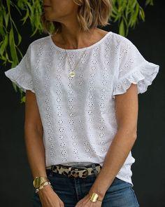 Disponible en blanc uniquement mardi 7 juin à ; Blouse Styles, Blouse Designs, Sewing Clothes, Diy Clothes, Sleeves Designs For Dresses, Mode Top, Mode Style, Casual Tops, Blouses For Women