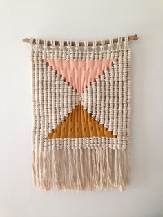 Macrame hanging to decorate your wall: easy DIY tutorial in photos plus inspiring decorating ideas - Home decoration ideas Weaving Textiles, Tapestry Weaving, Do It Yourself Inspiration, Weaving Projects, Inspirational Wall Art, Woven Wall Hanging, Home And Deco, Loom Weaving, Textile Art