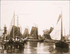 Botters in de haven op de voorgrond de VD 68. Omschrijving Gedeelte van de vissersvloot van Volendam vaart uit onder belangstelling van de bevoling met biddende vrouwen. 1910 Foto J. Siewers #NoordHolland #Volendam