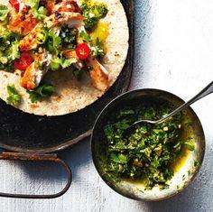 Intense, rustique, goûteuse, la salsa verde, ou sauce verte, est une préparation crue aux multiples déclinaisons. Cette version méditerranéenne, différente de la mexicaine (avec tomatillos et coriandre), regorge d'herbes, d'ail, d'anchois et de câpres. Un beau splash herbacé sur les grillades de poisson, de porc ou de poulet.
