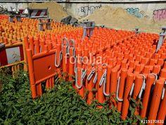 Absperrungen aus orange leuchtendem Kunststoff am Straßenrand am Hafen in Münster in Westfalen