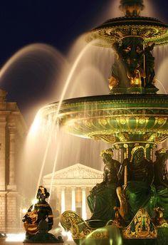 (Detail) Place de la Concorde szökőkút éjjel, Párizs.