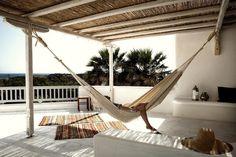 terrasse contemporaine, plafond en bois exotique, kilims ethniques, hamac…
