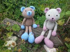 Himbär und Blaubär im Garten....beide gehäkelt