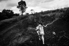 Abril de 2015. Una nena juega en los campos de Alicia Alta, en la provincia de Misiones., una zona de plantaciones de tabaco y alta incidencia de agroquímicos.