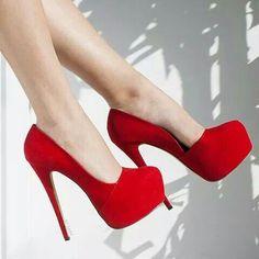 Kırmızı etkileyici bir ayakkabı