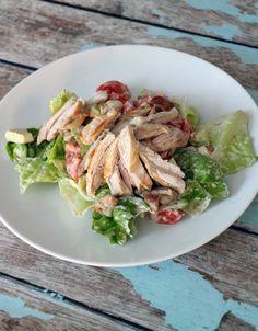 Culy Homemade: snelle salade met kippendijen, avocado & tomaat -