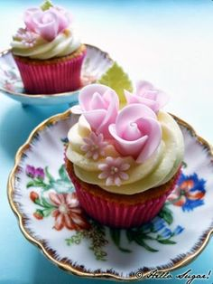Flower cupcakes /  bloemen www.hierishetfeest.com