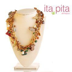 """Collar con cristales Checos También denominados """"cristal de bohemia"""", están catalogados como el tupi más cercano en calidad al Swarovski. Otros materiales que hacen parte de este collar son las cadenas eslabón y perlas moradas."""