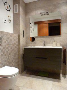 Reforma de baño E&N. Combinación de marrones y crema, detalle decorativo con vinilo. www.renovainteriors.com
