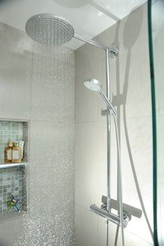 SHOWER HEAD qui offre deux pommes de douche et un support pour stabiliser l'équilibre Mosaic tiles in nook