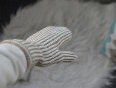 Kantapäitä ja karvapalloja: Pystyraitalapaset intialaisella peukalolla Yeezy, Adidas Sneakers, Gloves, Knitting, Crafts, Fashion, Moda, Manualidades, Tricot