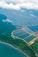 Extensas granjas para el cultivo de camarones han sido instaladas en inmediaciones de las desembocaduras del Canal del Dique.